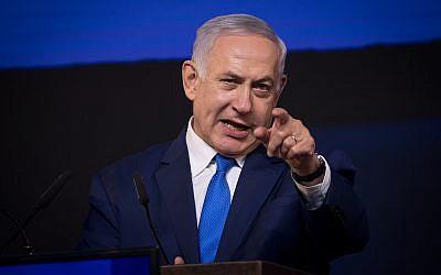 Le Premier ministre Benjamin Netanyahu s'adresse à ses sympathisants alors que les résultats des élections sont annoncés au siège du parti à Tel Aviv, aux premières heures du 10 avril 2019. (Yonatan Sindel/Flash90)