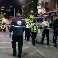 Les premiers secours sur les lieux d'un meurtre présumé dans le quartier Neve Shaanan de Tel Aviv, le 22 avril 2019 (Autorisation/Magen David Adom)