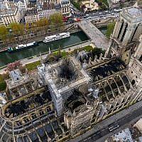 Les dommages causés par un incendie à la cathédrale Notre-Dame de Paris, le 16 avril 2019. (Gigarama.ru via AP)