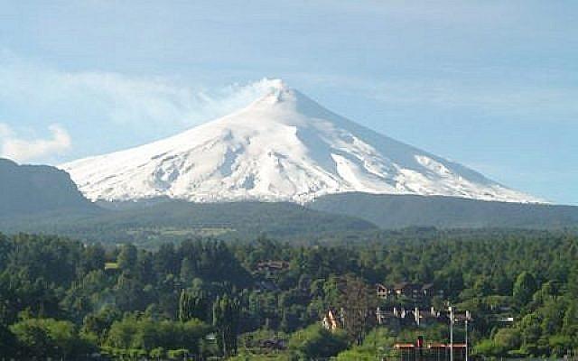 Le Villarrica, l'un des volcans les plus actifs du Chili, situé à 750 km au sud de la capitale Santiago, en avril 2006. (Crédit : CC BY-SA Iulloa/Wikimedia commons)