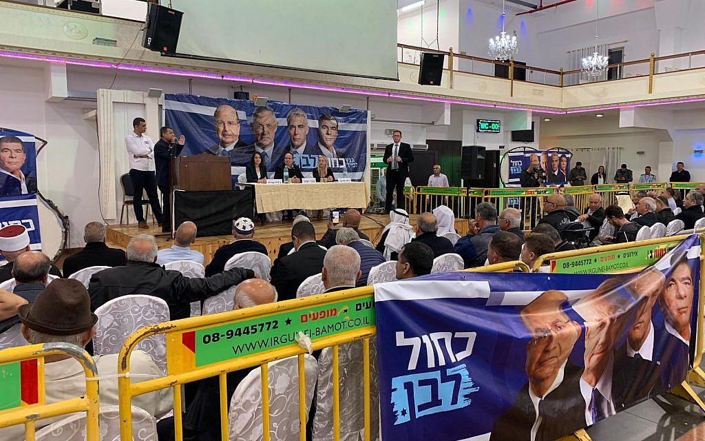 Moshe Ya'alon sur l'estrade durant un meeting de campagne de Kakhol lavan en présence de Moshe Yaalon à Tamra, le 3 avril 2019. (Crédit ; Adam Rasgon/Times of Israel)