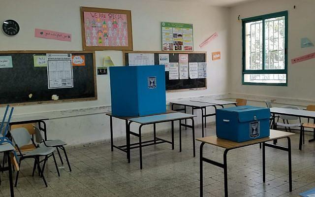 Bureau de vote à Iksal, une ville arabe près de Nazareth, le 9 avril 2019. (Adam Rasgon/Times of Israel)