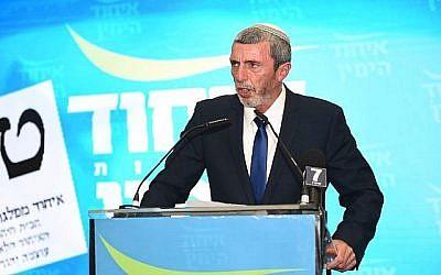 Rafi Peretz parle à ses partisans lors de la révélation des résultats électoraux de son parti à Kfar Maccabiah, le 9 avril 2019 (Crédit :  Nachshon Pillipson)