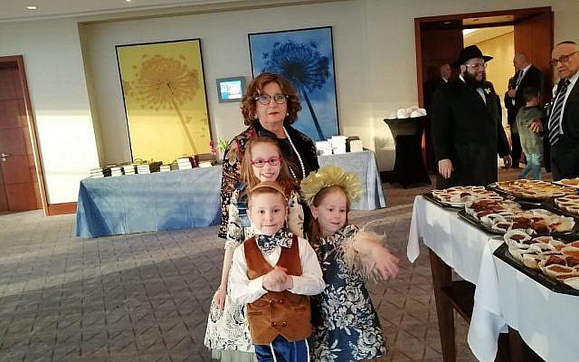Des participants au tout premier Seder dans l'ancien ghetto de Varsovie depuis sa destruction, en 1943, à l'hôtel Hilton, le 19 avril 2019. (Autorisation : Mouvement Habad de Varsovie)