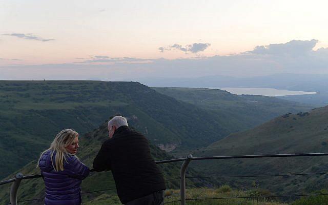Benjamin Netanyahu, à droite, et son épouse Sara en visite sur le plateau du Golan, le 23 avril 2019 (Crédit : Bureau du Premier ministre)