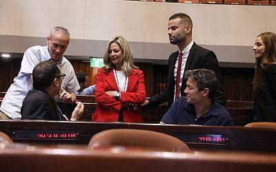 Les nouveaux membres de Kakhol lavan prennent place à la Knesset pour la première fois. En rouge, la députée Miki Haimovich, le 29 avril 2019 (Crédit : Noam Moscowitz/Knesset)