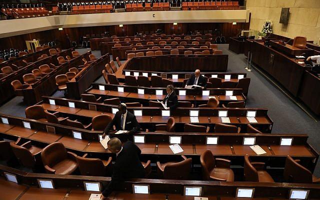 Les employés du parlement préparent la plénière pour l'ouverture de la 21ème Knesset, le 29 avril 2019 (Crédit : Noam Moscowitz/Knesset)