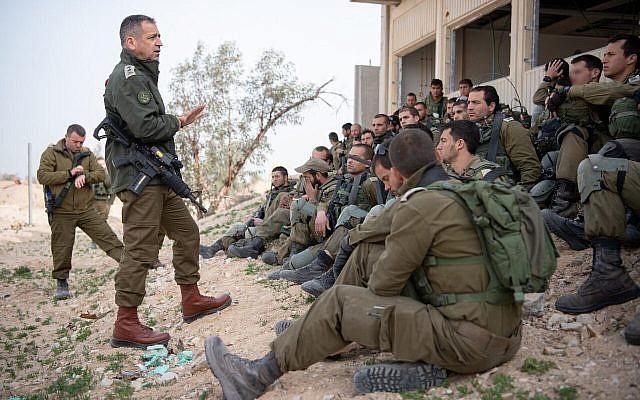 Le chef d'Etat-major Aviv Kohavi, deuxième à gauche, discute avec des soldats participant à un entraînement sur la base Tzeelim, dans le sud d'Israël (Crédit : armée israélienne)