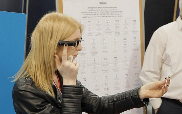 Une photo de comment l'appareil OrCam sera utilisé dans des bureaux de vote à travers Israël dans un projet pilote pour donner plus d'accessibilité aux personnes souffrant de handicap visuel lors des élections du 9 avril 2019. (Photo personnelle)