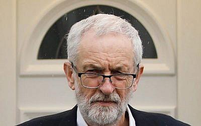 Jeremy Corbyn, chef du parti d'opposition britannique travailliste, quitte son domicile dans le nord de Londres le 4 avril 2019. (Photo par Tolga AKMEN / AFP)