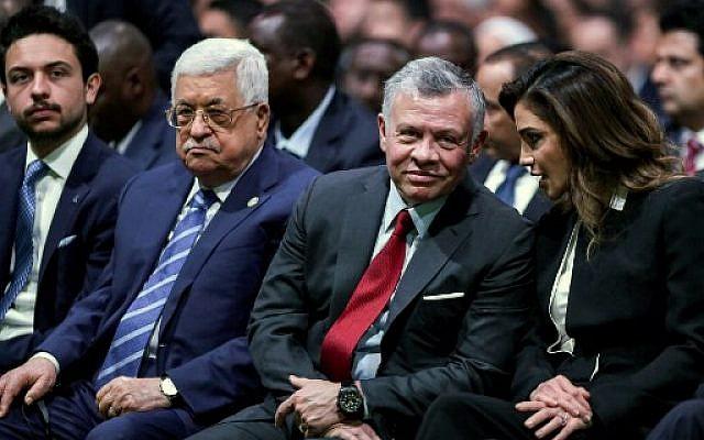 (Droite à gauche) La Reine Rania de Jordanie, le Roi Abdallah II de Jordanie, le président de l'Autorité palestinienne Mahmoud Abbas et le prince héritier Hussein de Jordanie applaudissent alors qu'ils participent à la cérémonie d'ouverture du Forum économique mondial sur le Moyen-Orient et l'Afrique du nord 2019, au centre de convention du roi Hussein à la Mer Morte, en Jordanie le 6 avril 2019 (Photo de Khalil MAZRAAWI / AFP)