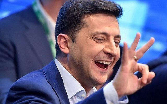 L'acteur et candidat à la présidentielle ukrainien Volodymyr Zelensky réagit après l'annonce des premiers résultats du deuxième tour de l'élection présidentielle d'Ukraine dans son quartier général de campagne à Kiev le 21 avril 2019.  (Photo by Sergei GAPON / AFP)