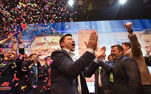 L'acteur et candidat à la présidentielle ukrainien Volodymyr Zelensky réagit après l'annonce des premiers résultats du deuxième tour de l'élection présidentielle d'Ukraine dans son quartier général de campagne à Kiev le 21 avril 2019.  (Genya SAVILOV / AFP)