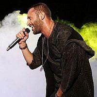 Le rappeur arabe-sraélien Tamer Nafar se produit sur scène lors d'un festival dans la ville arabe israélienne du nord de Sakhnin le 23 octobre 2016. (AFP PHOTO / AHMAD GHARABLI)