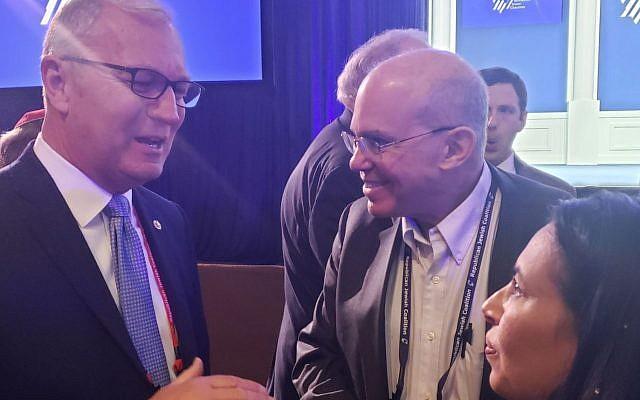 Le sénateur républicain Kevin Cramer, à gauche, parle avec Sigal Chattah, à droite, la présidente de l'antenne du Nevada du Réseau d'action civique israélo-américain, à la conférence annuelle de la coalition des Juifs républicains à Las Vegas, le 6 avril 2019.  (Dillon Hosier)