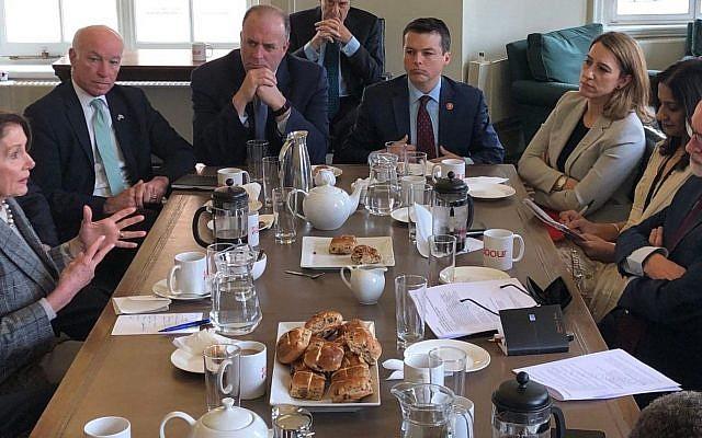 Nancy Pelosi, la président de la Chambre des Représentants des Etats-Unis, rencontre le chef du parti Travailliste Jeremy Corbyn, tout à droite, le dimanche 14 avril 2019. (Twitter)