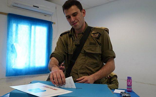 Un soldat dépose son bulletin de vote pour la 21ème Knesset le 7 avril 2019. (Crédit : porte-parole de Tsahal)