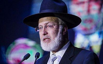 Le grand rabbin d'Argentine, Gabriel Davidovich, s'exprime au centre communautaire juif AMIA à Buenos Aires, en Argentine, le 8 novembre 2018.  (Crédit : centre communautaire juif de l'Association israélite mutuelle d'Argentine (AMIA) via AP)