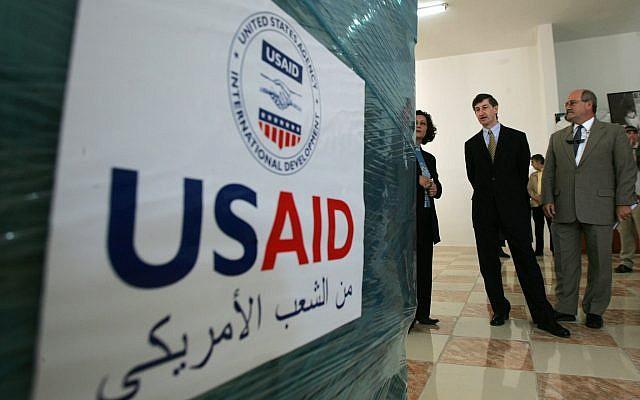 Le consul général américain à Jérusalem Jacob Walles, (deuxième à droite) regarde l'aide donnée aux Palestiniens dans la ville cisjordanienne de Ramallah, le 10 mai 2006. (AP Photo/Muhammed Muheisen)