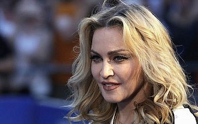 Madonna pose pour des photographes à la Première mondiale du film 'The Beatles, huit jours par semaine' à Londres, le jeudi 15 septembre 2016. (AP Photo/Kirsty Wigglesworth)