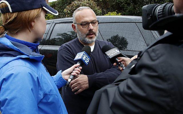 Jeff Finkelstein, au centre, président de la Fédération juive du Grand Pittsburgh, est interrogé non loin de la Synagogue de l'Arbre de Vie, le 27 octobre 2018. (AP Photo/ Gene J. Puskar)