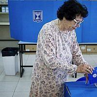Une femme vote dans un bureau de vote de l'implantation israélienne d'Efrat en Cisjordanie. (le 9 avril 2019)