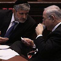 Le Premier ministre Benjamin Netanyahu et le minister des Affaires intérieures de l'époque Eli Yishai, à la Knesset en 2012 (Kobi Gideon/Flash90)