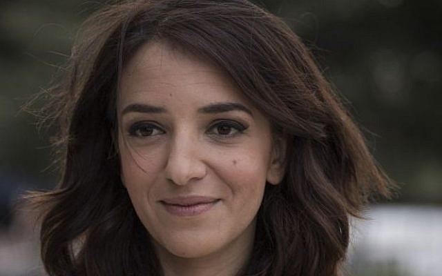 La journaliste arabe israélienne Lucy Aharish participe à la Cérémonie israélienne du 67ème Jour de l'Indépendance au mont Herzl à Jérusalem le 22 avril 2015. (Hadas Parush/Flash 90)