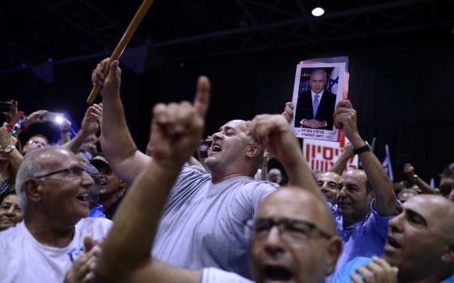 Des militants du Likud à un meeting en soutien au Premier ministre Benjamin Netanyahu, alors que lui et sa femme sont visés par des procédures judiciaires, à Tel Aviv, le 9 août 2017. (Tomer Neuberg/Flash90)