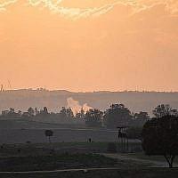De la fumée s'échappe d'une roquette tombée dans un champ du sud d'Israël à proximité de la frontière avec Gaza le 13 novembre 2018. (Hadas Parush/Flash90)
