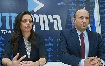 Ayelet Shaked, la ministre de la Justice, et Naftali Bennett, le ministre de l'Education, tiennent une conférence de presse pour le parti HaYamin HaHadash le 17 mars 2019 à Tel Aviv. (Flash 90)