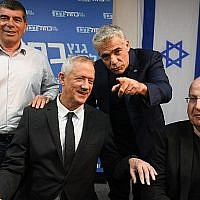 Les dirigeants du parti Kakhol lavan, de gauche à droite, Gabi Ashkenazi, Benny Gantz, Yair Lapid et Moshe Yaalon lors d'une conférence de presse au siège du parti à Tel Aviv, le 10 avril 2019, au lendemain du jour des élections. (Flash90)