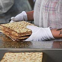 Des employés préparent la matzah, le pain sans levain mangé pendant la fête juive de huit jours de Pessah, à l'usine Aviv Matzah à Bnei Brak le 14 avril 2019. (Crédit: Flash 90)