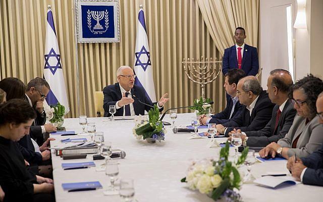 Des membres du parti Hadash-Taal rencontrent le président Reuven Rivlin à la résidence du Président à Jérusalem le 15 avril 2019. (Yonatan Sindel/Flash90)