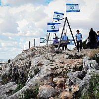 Des Israéliens visitent l'implantation juive de Peduel à Samarie, en Cisjordanie, el 22 avril 2019. (Flash90)