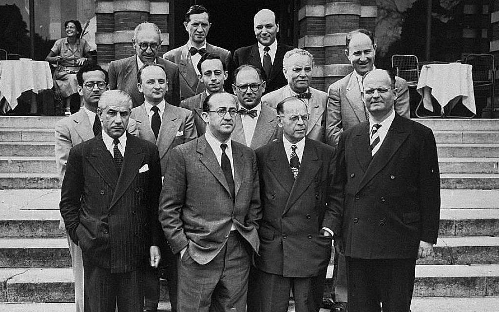 Des membres de la conférence sur les Revendications matérielles juives au Luxembourg pour la signature d'un Accord de réparation entre la République fédérale d'Allemagne, l'Etat d'Israël et la Conférence sur les Revendications matérielles juives en 1952. Parmi les personnes sur la photo, il y a Benjamin Ferencz (deuxième rang en partant du bas, deuxième position de la gauche). (Ben Ferencz/USHMM)