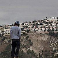 Sur cette photo du 5 décembre 2012, un habitant juif d'implantation observe l'implantation en Cisjordanie de Maaleh Adunim, de la zone E-1 à l'est de Jérusalem.  (AP Photo/Sebastian Scheiner, File)