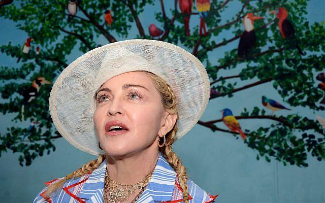 La chanteur américaine Madonna s'exprime  lors d'une conférence de presse à Blantyre, Malawi, le 16 juillet 2018. (AP Photo/Thoko Chikondi)