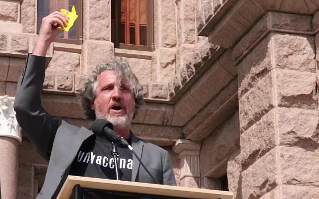 Le militant anti-vaccination Del Bigtree tient une Etoile de David lors d'une manifestation à New York. (Capture d'écran YouTube)