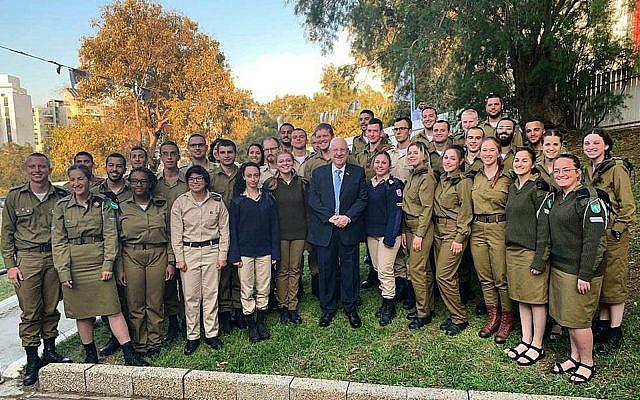 Le président Reuven Rivlin célèbre Pessah avec des soldats seuls de Tsahal, le 19 avril 2019. (Crédit)