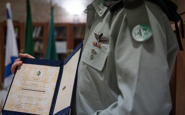 Le commandant de l'unité 504 reçoit une décoration officielle en avril 2019. Pour des raisons de sécurité, l'identité du command est classifiée. (Tsahal)