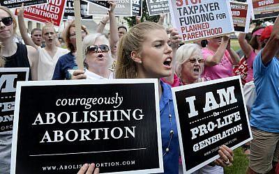 Des militants anti-avortement manifestent contre le financement du Planning familial par le gouvernement fédéral devant le Capitole, le 28 juillet 2015 à Washington, DC. (Crédit : Olivier Douliery/Getty Images)