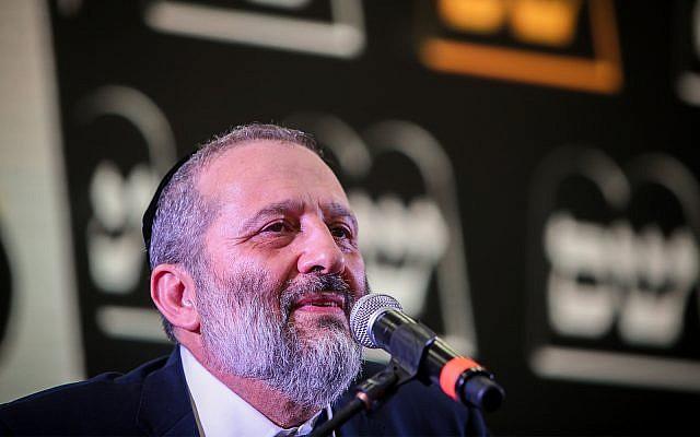 Aryeh Deri, le chef du parti Shas, accueille des militants alors que les résultats des élections israéliennes sont annoncées au quartier général du parti à Jérusalem, le 9 avril 2019. (Flash90)