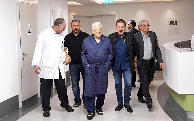 Le Président de l'Autorité palestinienne Mahmoud Abbas, marchant dans un hôpital, le 21 mai 2018. (Capture d'écran: Twitter)
