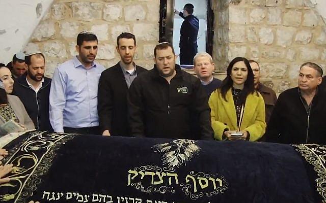 Des membres de la Knesset prient au Tombeau de Joseph  situé à côté de Naplouse, en Cisjordanie. Yossi Dagan, le président du Conseil régional de Samarie, Eti Atia du Likud (3ème à droite), Uzi Dayan du Likud (à droite), Ariel Kallner du Likud (cinquième à gauche) et Idit Silman de l'Union des partis de droite le 24 avril 2019. (Copie d'écran : Twitter).