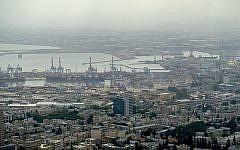 Vue de raffineries de pétrole dans la zone portuaire de Haïfa, ville du nord d'Israël, le 5 mai 2017. (Yaniv Nadav/Flash90)