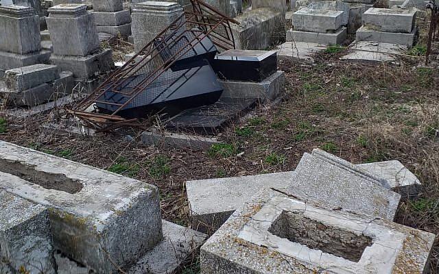 Des pierres tombales renversées au cimetière juif dans la ville d'Huşi, en Roumanie, en avril 2019 (Fédération des communautés juives de Roumanie).