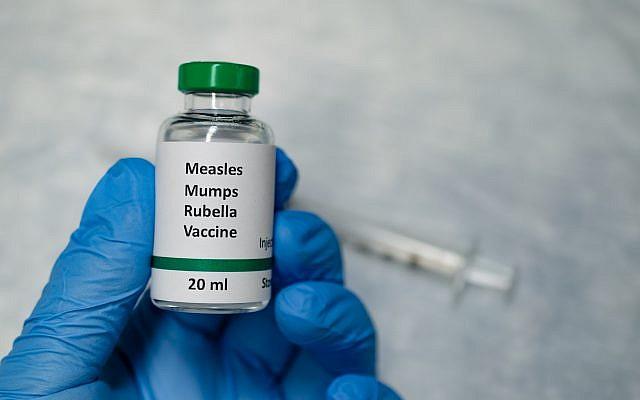 Un flacon de vaccin contre la rougeole. 'Crédit :Manjurul via iStock)