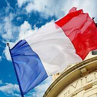 Un drapeau de la France. (Crédit : Connel_Design via iStock)