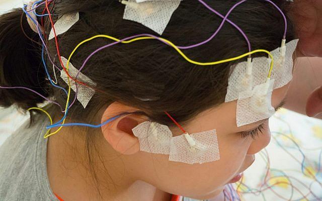 Illustration ; une fille équipée d'électrodes pour un EEG. (Crédit ; Luaeva, Getty Images)